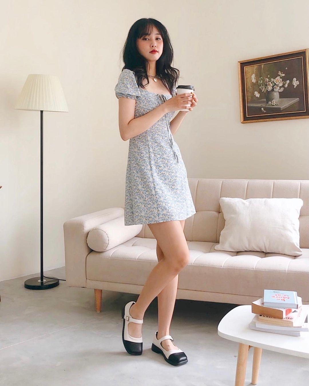 tạo dáng mặc váy ngắn