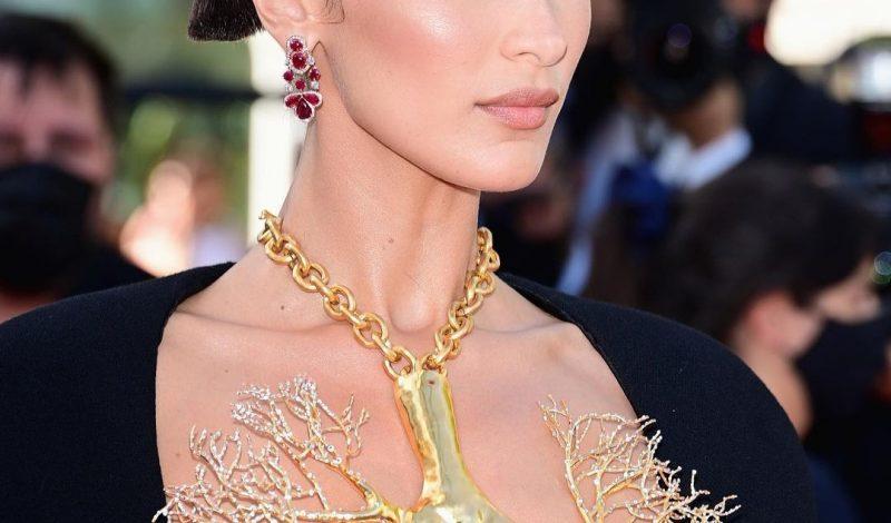 """""""Choáng ngộp"""" với cách dùng vòng cổ che ngực trần của Bella Hadid tại LHP Cannes"""