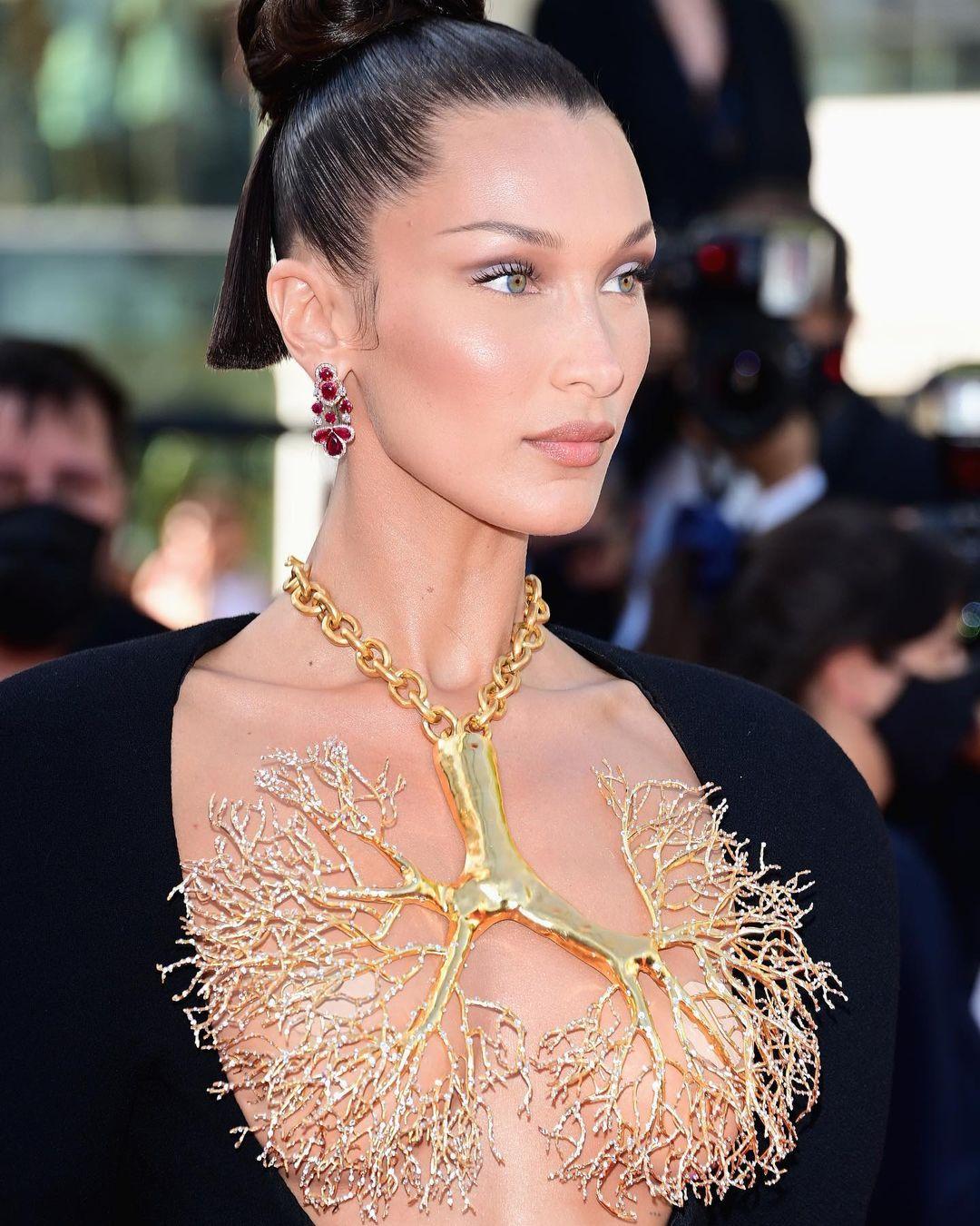 Chiếc đầm cut-out cùng chiếc vòng cổ vàng của Bella Hadid