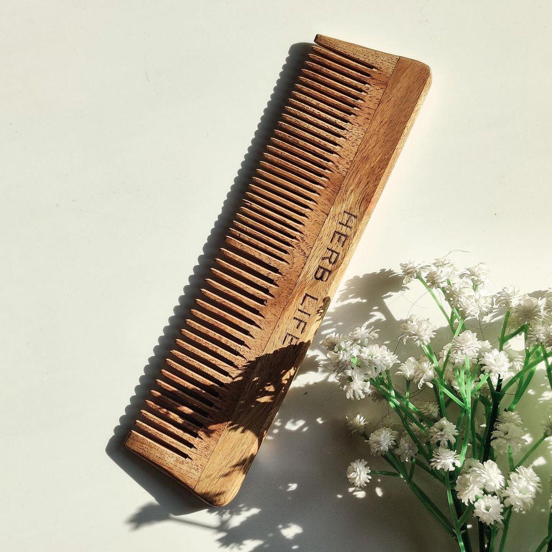 Làm sạch lược chải tóc với xà bông gội đầu