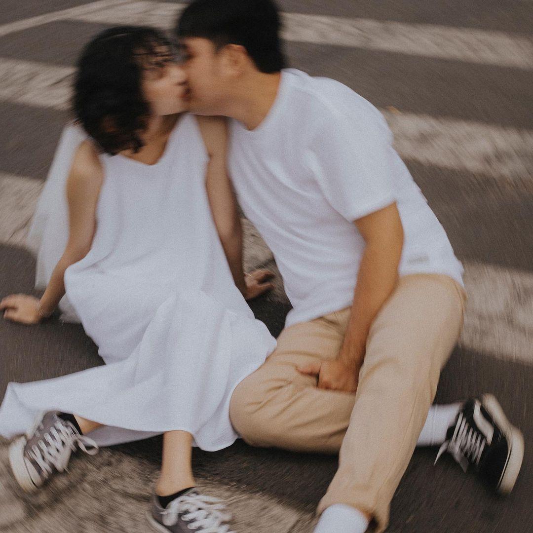 Cách tạo dáng chụp ảnh ngoại cảnh: Nụ hôn Pháp