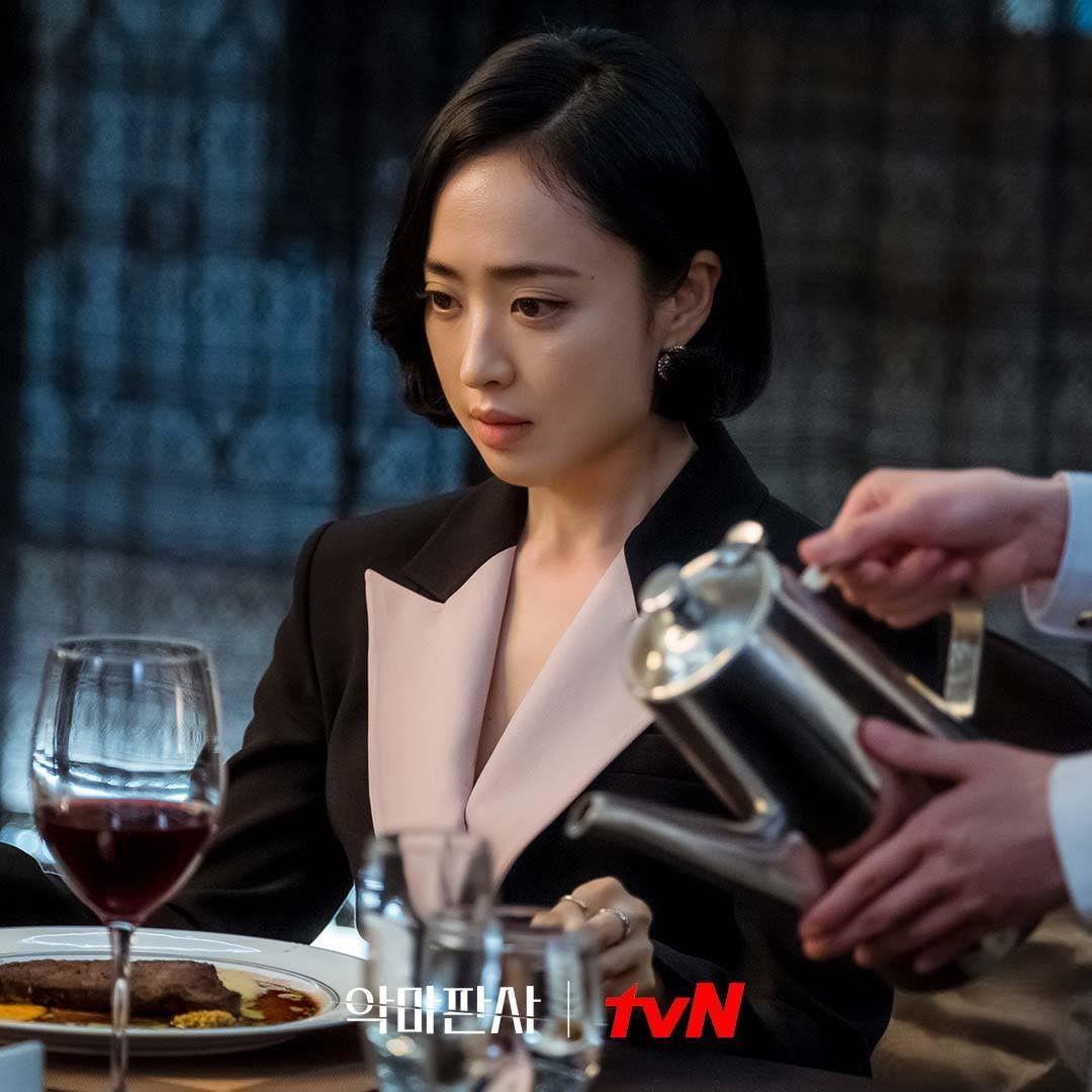 Kim Min Jung trong vai giám đốc điều hành Jung Sung Ah