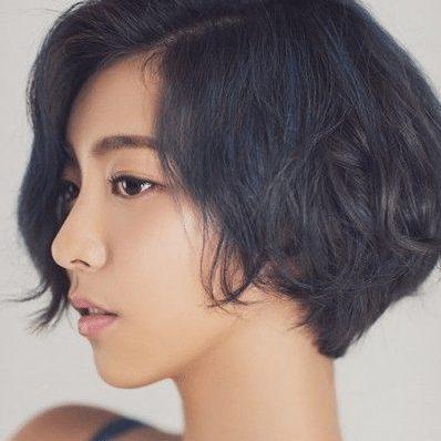 Tóc bob ngắn trên cằm kết hợp uốn xoăn nhẹ – Kiểu tóc cho mặt tròn cá tính