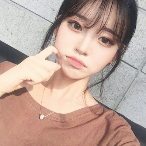 Cách selfie đẹp : Chỉ tay vào má