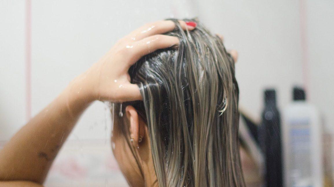 Cách sử dụng nước hoa hồng cho tóc