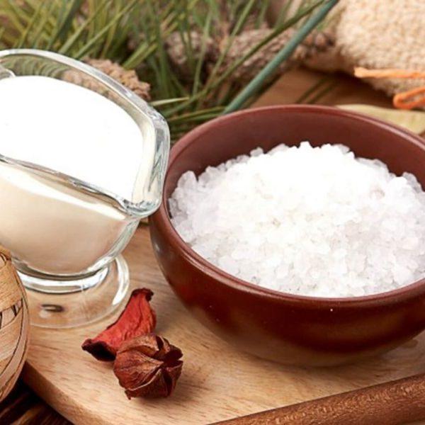 Cách tẩy da chết tại nhà bằng muối biển và sữa tươi