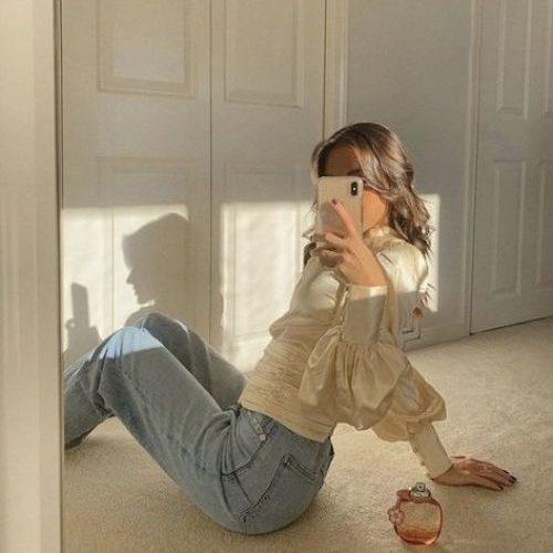 Tạo dáng ngồi trước gương