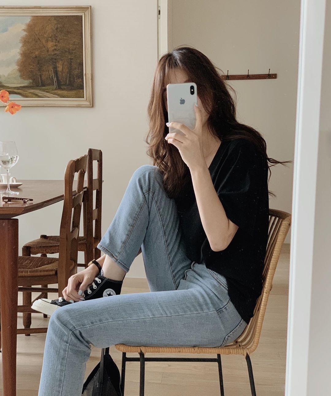 Chụp ảnh selfie cùng một chiếc ghế