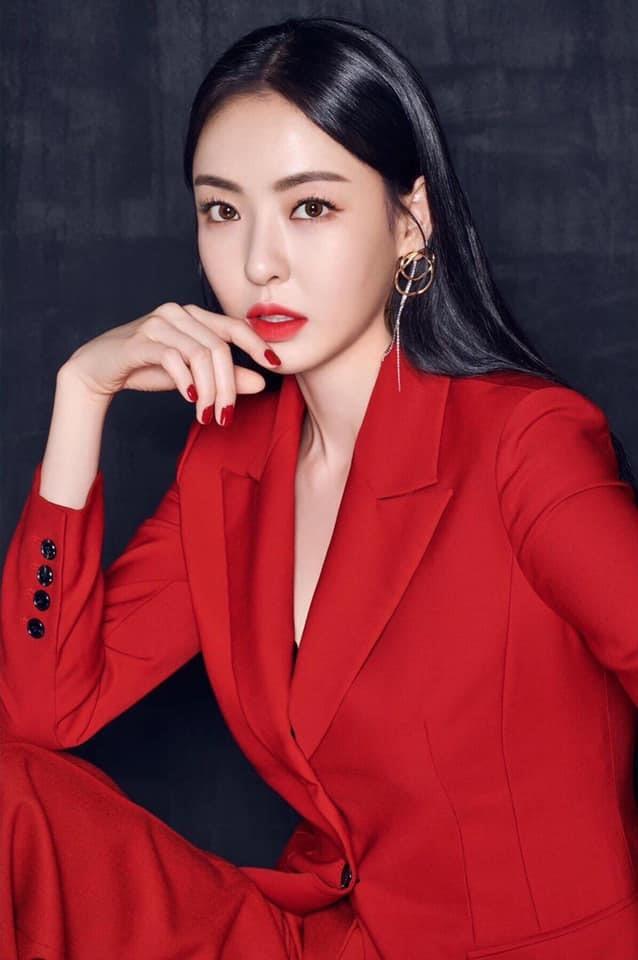 "Lee Da Hee ""sang chảnh"" trong bộ suit đỏ"