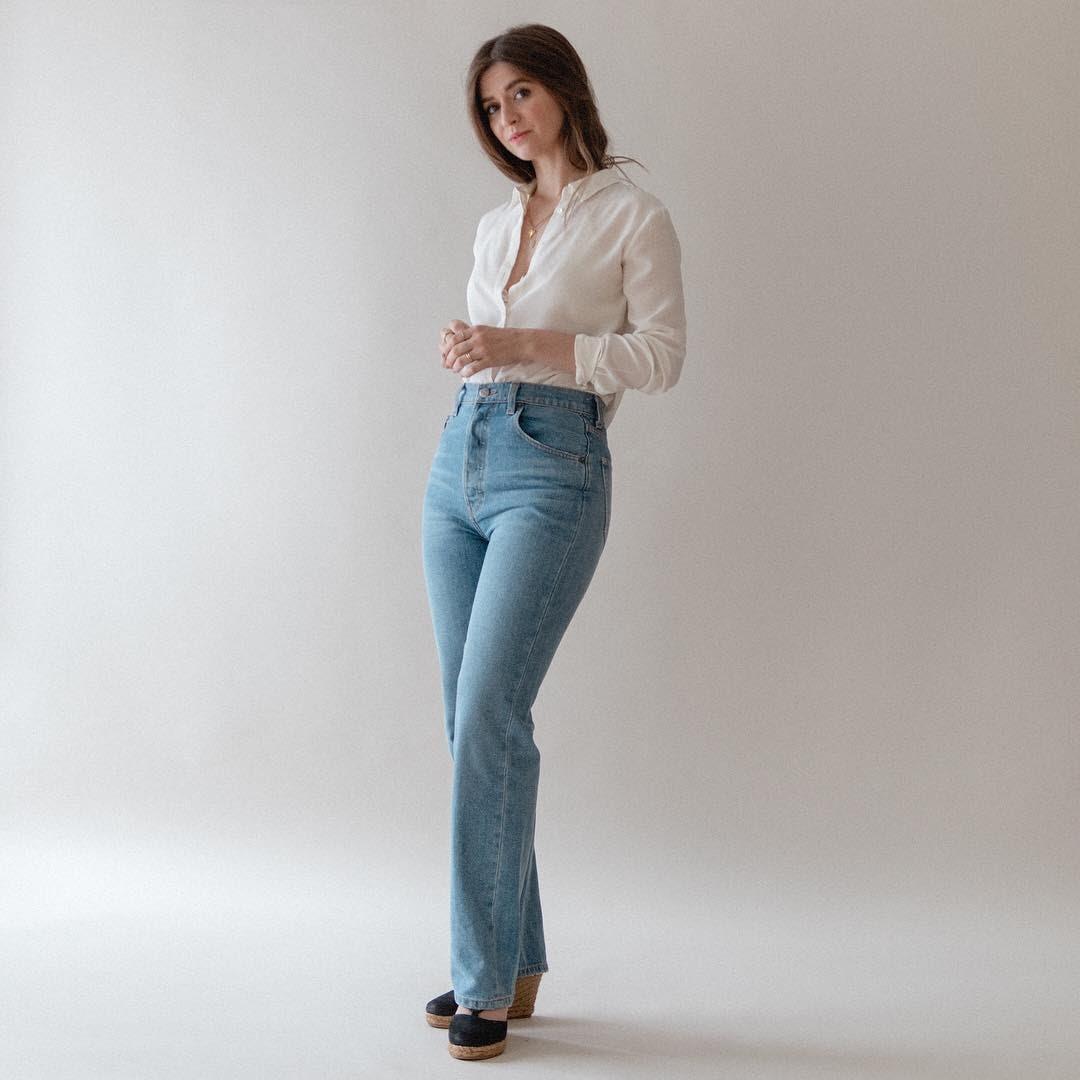 quần ống loe kết hợp với áo sơ mi + giày cao gót