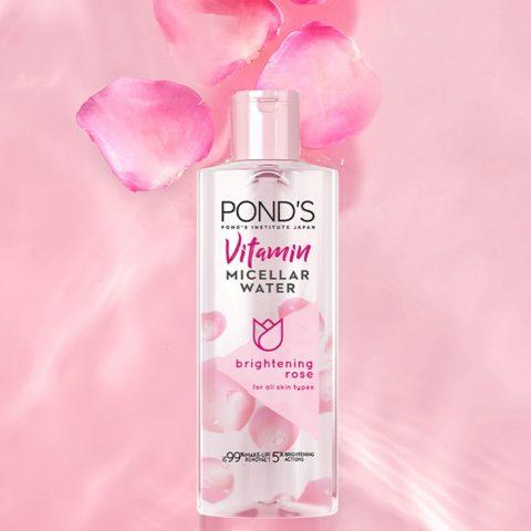 Tẩy sạch lớp trang điểm với nước tẩy trang Vitamin và hoa hồng sáng da Pond's Micellar Water