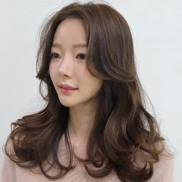 Tóc layer ngang vai nữ có thể phù hợp với nhiều tính cách của các cô nàng