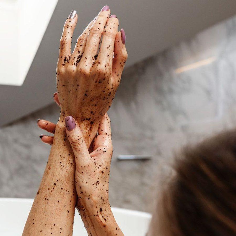 Tẩy da chết cánh tay, cùi chỏ và bàn tay