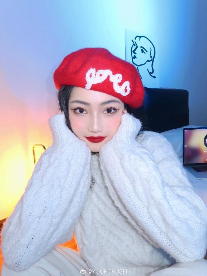 hotgirl Trung Quốc dùng màu đỏ quyến rũ