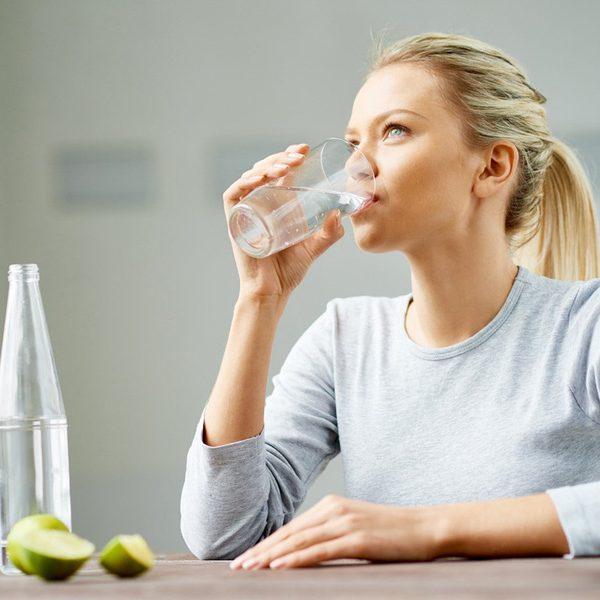 cách làm đẹp da mặt bằng cách uống đủ nước