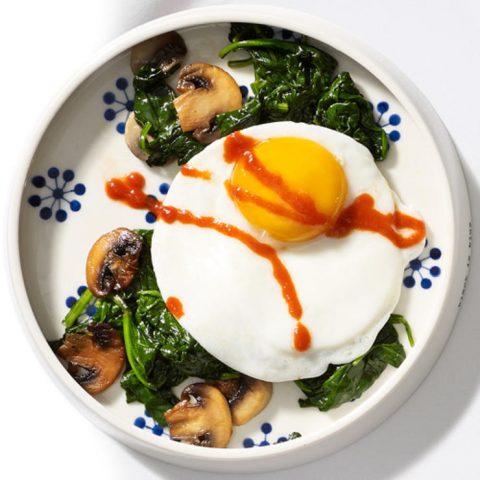 2 quả trứng và rau xanh