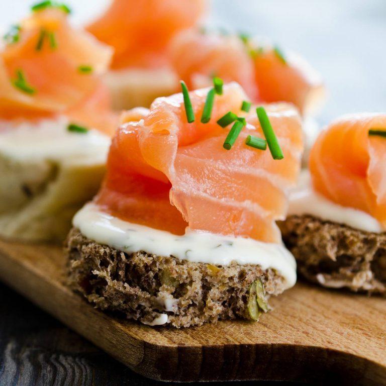 Sandwich cá hồi và cà phê sữa - Những món ăn sáng dưới 400 calo
