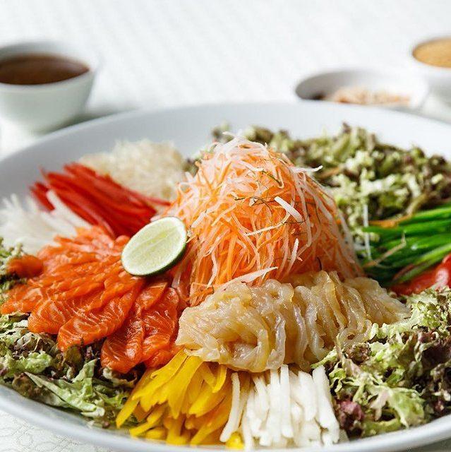 Salad Yee Shang với sốt mè rang