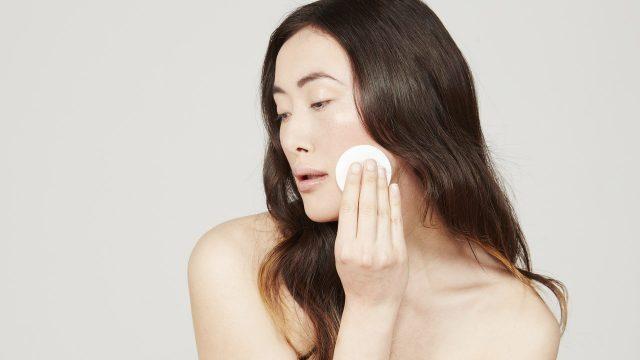 Vì sao nên rửa mặt bằng bông tẩy trang thay khăn mặt?
