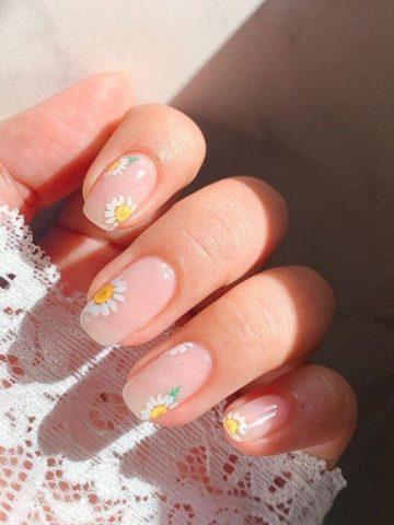 Hoa hướng dương ấm áp như ánh mặt trời cũng là gợi ý lý tưởng cho một mẫu nail nhẹ nhàng đi học.