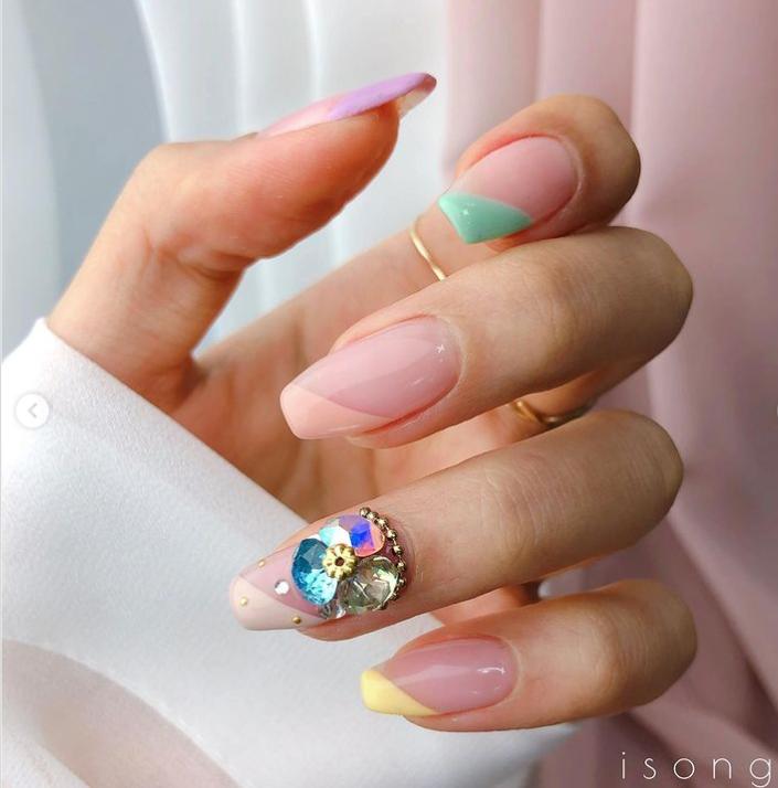 Mẫu nail đính đá hoa đẹp nhẹ nhàng