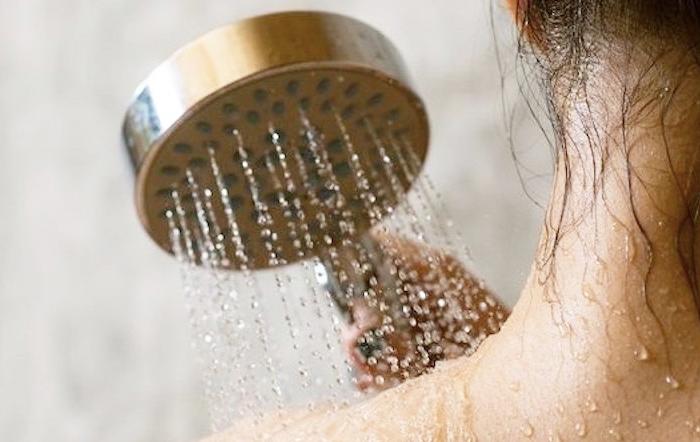 Tắm nước lạnh cứu da bị cháy nắng