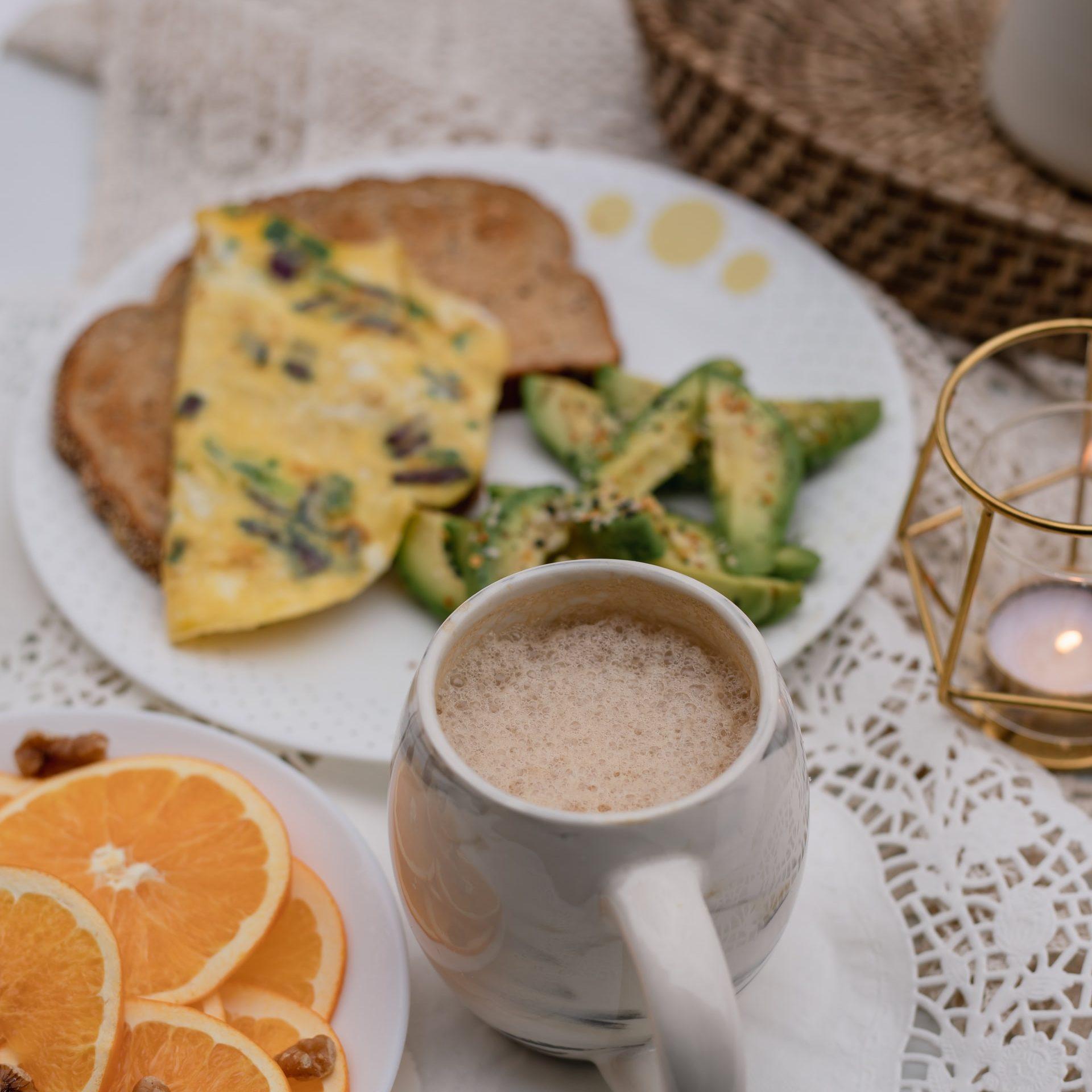 Trứng tráng cá ngừ và trà sữa đen - Đẹp 365