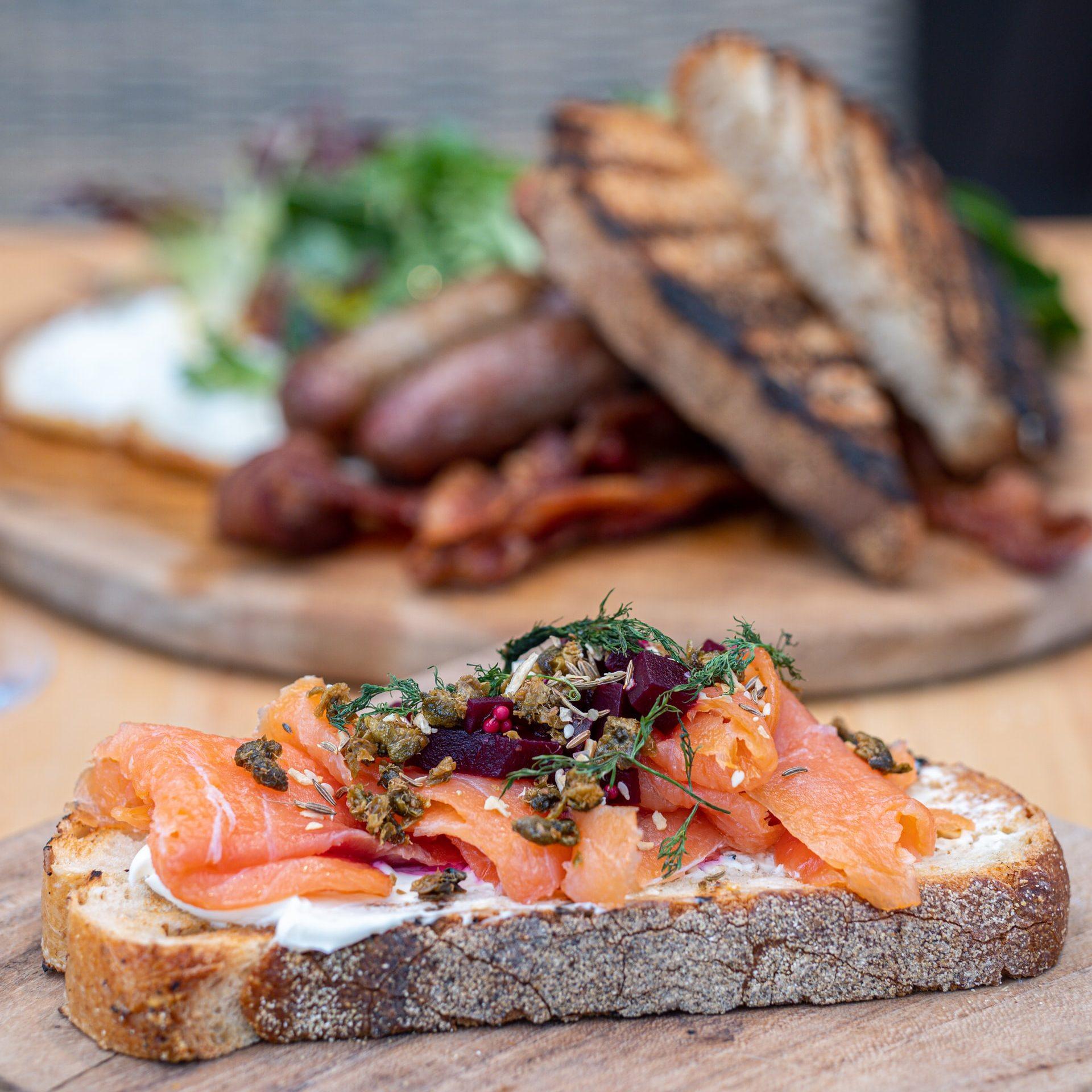 Bánh mì nướng cá hồi hun khói món ăn sáng dưới 400 calo - Đẹp 365